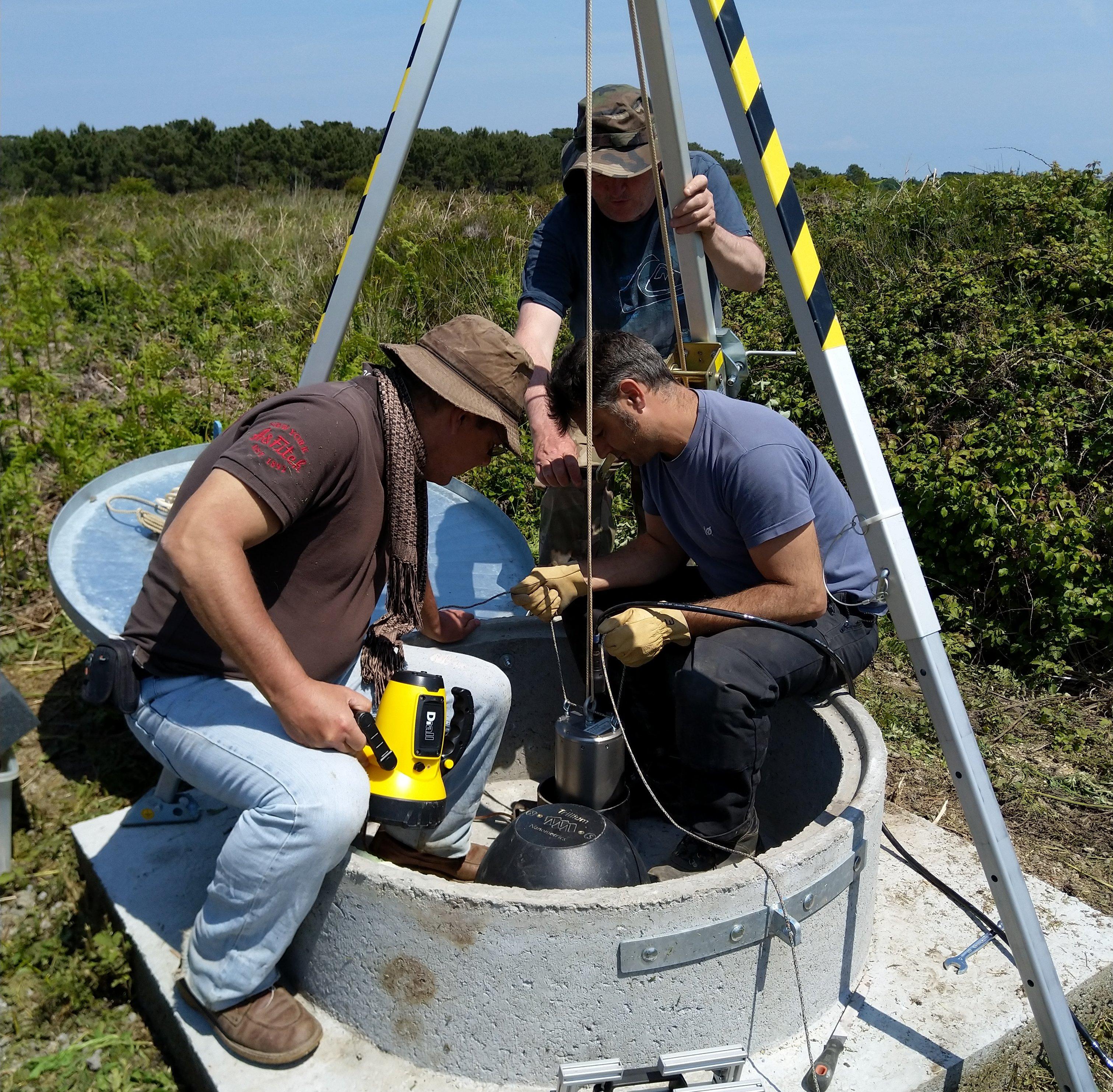Descence du capteur sismologique dans le trou de forage